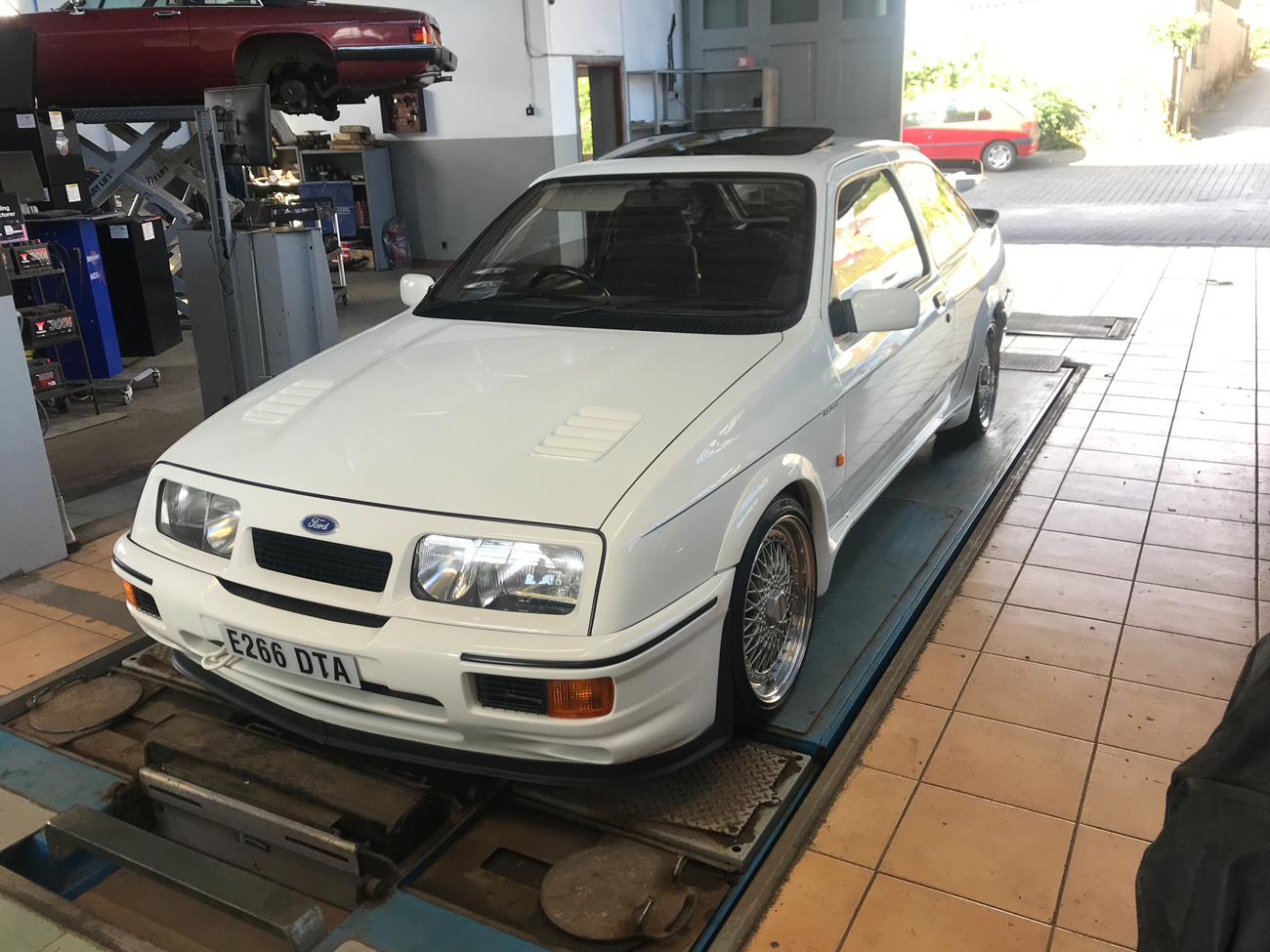 Ford -Sierra -RS500-Cosworth in garage