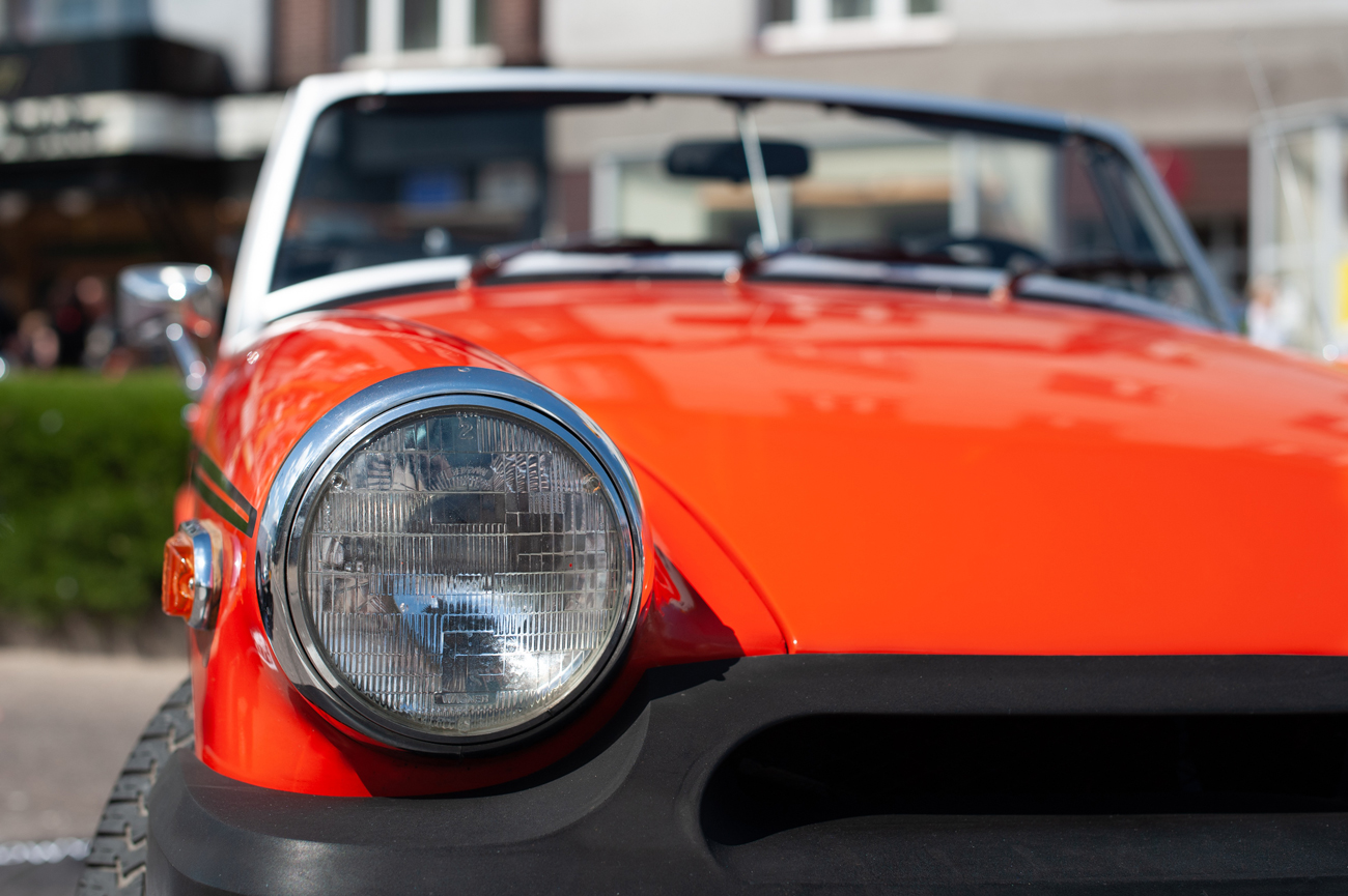 The front headlight of an MGB roadster